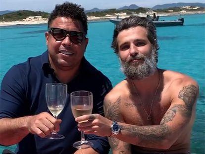 Ronaldo y el actor Bruno Gagliasso, en Formentera, en una imagen difundida por el actor brasileño.