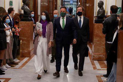 El líder de Vox, Santiago Abascal, junto con su portavoz, Iván Espinosa de Los Monteros, y la secretaria general del grupo, Macarena Olona, el martes en el Congreso.