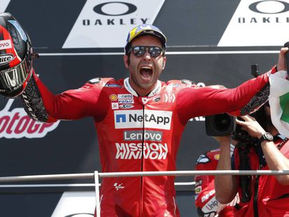 Danilo Petrucci celebra el triunfo en el podio de Mugello.