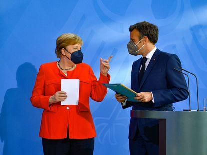 La canciller alemana, Angela Merkel, habla con el presidente francés, Emmanuel Macron, al término de la rueda de prensa previa a su reunión en Berlín.
