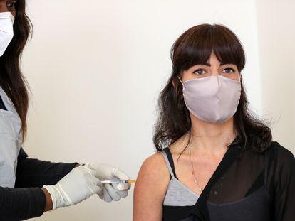 Una voluntaria recibe una dosis de la vacuna de Astrazeneca en Sudáfrica.