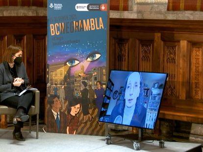 La periodista Anna Guitart y, en pantalla, la escritora Joyce Carol Oates, en el acto de entrega del premio Pepe Carvalho.
