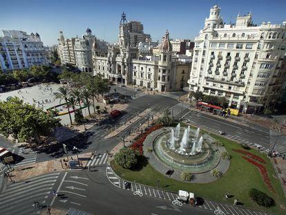 Una vista panorámica de la plaza del Ayuntamiento de Valencia prácticamente vacía de coches. La concejalía la ha cortado al tráfico para concienciar a la población de una movilidad más sostenible.
