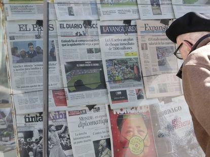 Un hombre mira las portadas de varios diarios en un quiosco en San Sebastián.