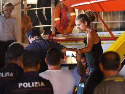 La Policía italiana ha detenido este sábado a Carola Rackete, la alemana al frente del barco de rescate de migrantes, poco después de que atracase el buque en la isla