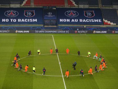 Jugadores de PSG y Basaksehir y miembros del equipo arbitral arrodillados antes del comienzo del partido como protesta contra el racismo