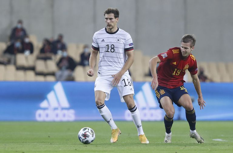 El centrocampista alemán Leon Goretzka protege el balón frente a Dani Olmo el pasado martes en La Cartuja (Sevilla).