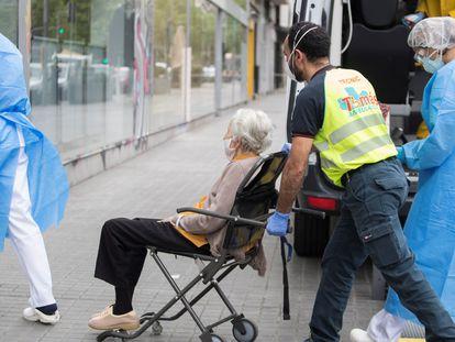 Traslado de de ancianos con un elevado nivel de dependencia y enfermos de covid-19 procedentes de geriátricos que carecen de condiciones para atenderlos, en Barcelona.