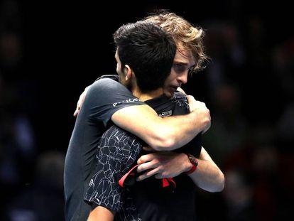 Zverev y Djokovic se abrazan tras la final en el O2 de Londres.