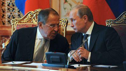 Putin, presidente ruso, con Lavrov, ministro de Exteriores, el jueves en Tayikistán.