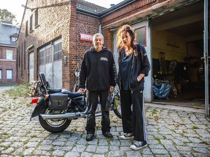 Heinz-Jürgen Korte y Regina Schönfeld, en su taller de motos en la calle Trettachzeile de Berlín, este miércoles.