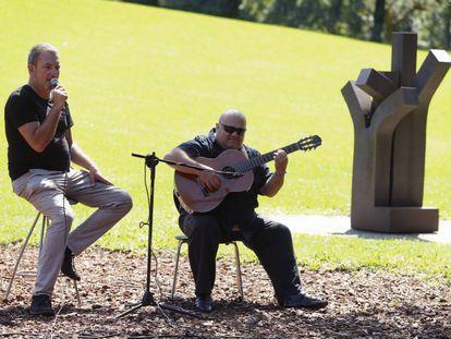 Los artistas Jon Maia y Jesús Prieto 'Piti' interpretan un fragmento de 'La tarara' en Chillida-Leku.