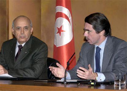 José María Aznar, ayer, en rueda de prensa con el primer ministro de Túnez, Mohamed Ghannuchi.