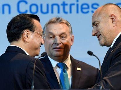 El primer ministro chino, Li Keqiang (izq.), con sus homólogos húngaro, Viktor Orban (centro) y búlgaro, Boyko Borisov (der.) en Budapest este lunes.