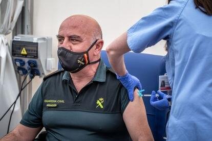 Vacunación a miembros de la Guardia Civil en Valencia.