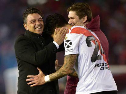 Marcelo Gallardo (I), abraza a Enzo Pérez después de la semifinal de la Libertadores contra Boca.