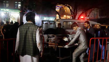 Miembros de los servicios de emergencia transportan en camilla a un herido tras el ataque suicida.