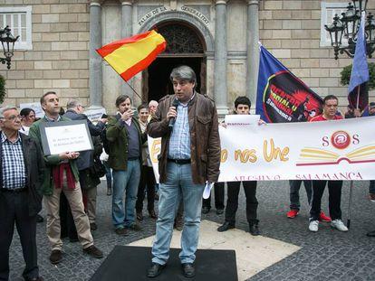 Policarpo Sánchez dirigiéndose a los concentrados en la plaza de Sant Jaume.