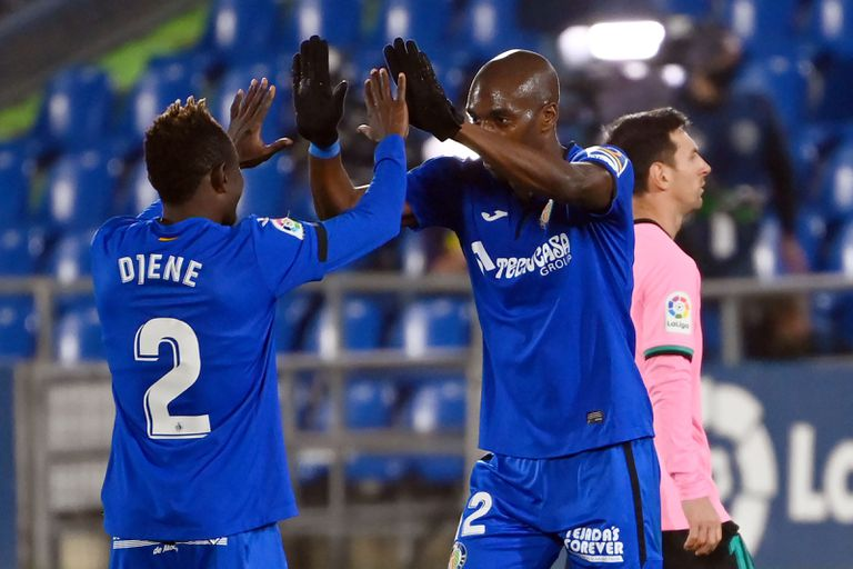 Nyom felicita a Djene tras el penalti de De Jong.