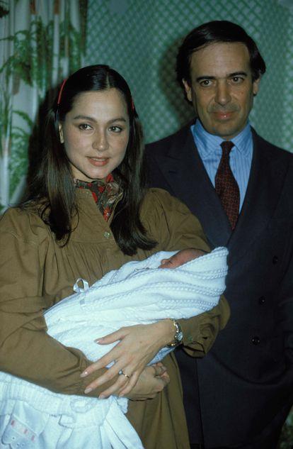Isabel Preysler con su hija Tamara Falcó en brazos y su marido el marqués de Griñón, en 1981.