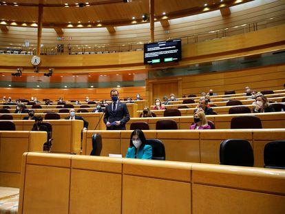 Los senadores escuchan la intervención del portavoz del Partido Popular, Javier Maroto, durante la sesión de control al Gobierno de este martes en el Senado.