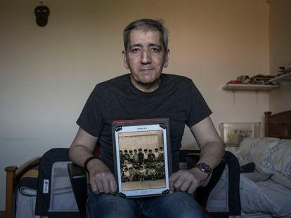 Ricardo López, que denuncia abusos sexuales cuando era alumno del colegio marista de Lugo en los años setenta, muestra una foto de su clase en su casa de A Coruña.