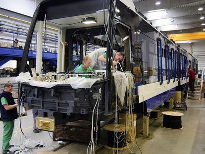 Tres empleados de Skoda trabajan en la fabricación de un tranvía en la planta de la empresa en Pilsen (República Checa).