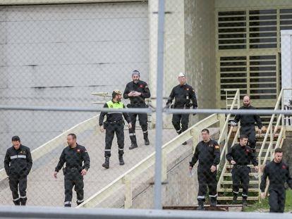 Efectivos de la Unidad Militar de Emergencia (UME) abandonan la prisión de Soto del Real (Madrid) el pasado 20 de marzo tras realizar su desinfección.