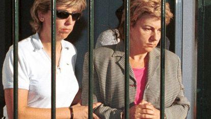 Dolores Vázquez es trasladada a los juzgados por agentes de la Guardia Civil.