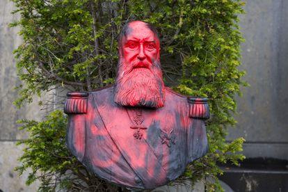 Busto del rey Leopoldo II en el jardín del museo de África, cubierto de pintura roja, este viernes.