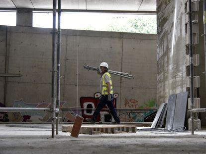 Un obrero trabaja en las obras de construcción de la estación subterránea de Sant Andreu Comt (Barcelona), el 3 de junio.