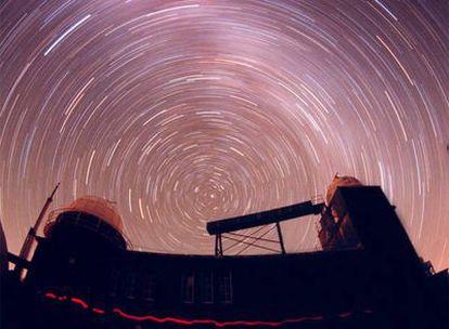 Vista del cielo con la estrella Polar en el centro.