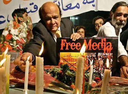 Paquistaníes protestan en Lahore por el hostigamiento del Gobierno a la prensa crítica.