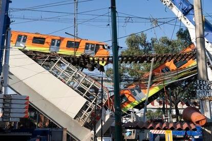 Un vagón cuelga del tramo elevado de la línea 12 del metro de Ciudad de México que se derrumbó, el pasado 4 de mayo.