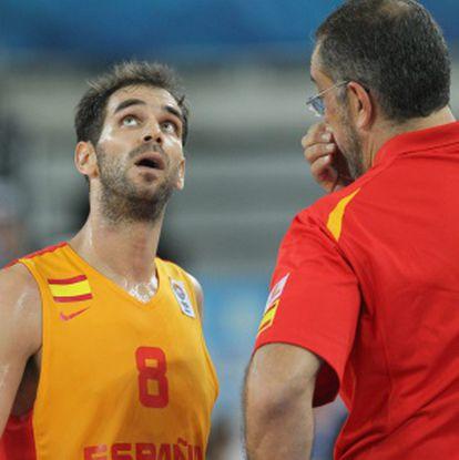Calderón escucha las instrucciones de Orenga.