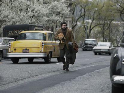 Llewyn Davis recorre las calles Nueva York cargado con su guitarra.