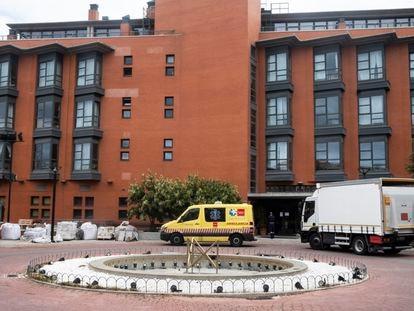 Una ambulancia el martes en la puerta de la residencia Monte Hermoso de Madrid.