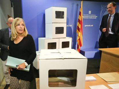 Joana Ortega, con urnas de la consulta del 9-N.