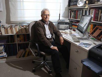 El historiador Santos Juliá, en el despacho de su casa en 2017.