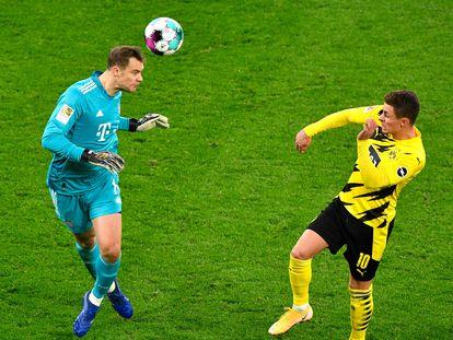 Neuer despeja de cabeza ante Thorgan Hazard, del Borussia Dortmund.