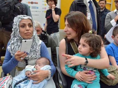 Varios refugiados sirios a su llegada al aeropuerto en Roma.