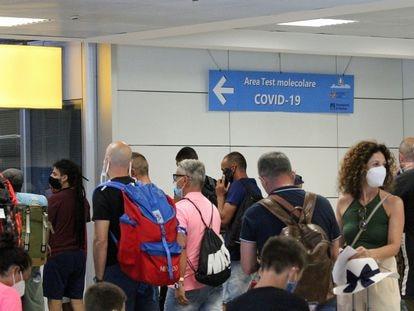 Pasajeros esperan para realzarse el test de la Covid en el aeropuerto de Fiumicino (Italia).