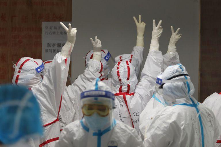 Las medidas extremas de autoprotección ayudaron a frenar la expansión del virus entre el personal médico de Wuhan.