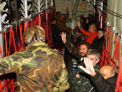 Sobrevivientes, en un avión C-130 de la Fuerza Aérea griega a su regreso de Bari (Italia) a Atenas (Grecia) este lunes