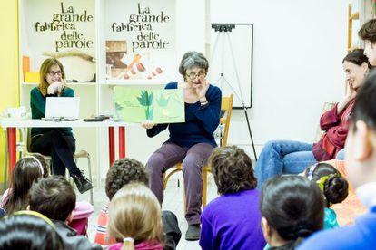 La escritora italiana Emanuela Bussolati (centro) participa en un taller de La grande fabbrica delle parole.