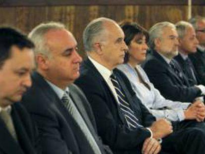 Rafael Blasco, tercero por la izquierda, con el resto de acusados en el caso Cooperación.