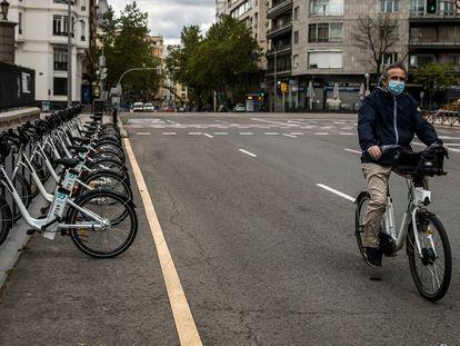 Un usuario viaja en Bicimad, el servicio público de bicicletas de Madrid, reabierto la pasada semana tras permanecer un mes cerrado por el coronavirus.