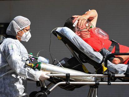 Un hombre contagiado de covid-19 llega a un hospital de Brasilia.