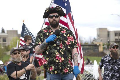 """Matt Marshall, del grupo conservador Washington State Three Percent (3%), habla en un mitin para protestar en contra del confinamiento en abril. Facebook ha prohibido una red violenta de movimientos antigubernamentales vagamente afiliados con el movimiento """"Boogaloo"""". Las camisas hawaianas son uno de sus símbolos."""