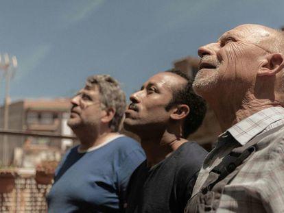 Valero y Moha (al fondo, de izquierda a derecha), ganadores del premio a la mejor interpretación masculina en Locarno, junto a su compañero Pep en la comedia social 'Seis días corrientes'.